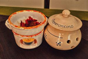 Oggetti in ceramica tradizionali: portapeperoncino e scalndanduja