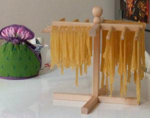 Utensili per cucina in legno: lo stenditagliatelle